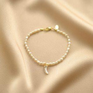 pulsera de perlas y colmillo-blingbling